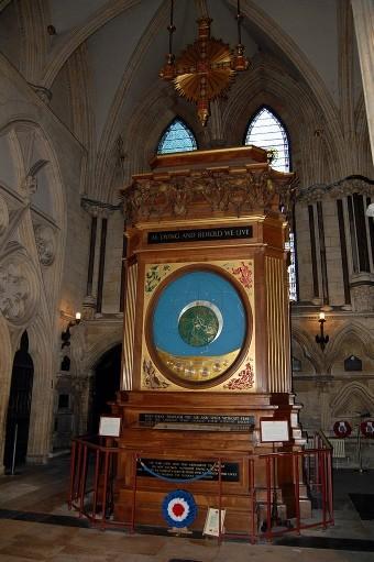 L'horloge astronaumique de la cathédrale d'York avec la chasse du livre des pertes de la RAF