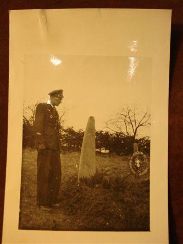 Le sergent chef  Callard devant certainement la première sépulture de  Löllbach. Ce que l'on voit sur sa gauche est une des hélices du NA 547...