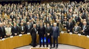 (nella foto sotto tutti i sindaci nel Parlamento Europeo e davanti si possono riconoscere i relatori Barroso, Zapatero, Busek e nella prima fila di banchi il Sindaco di Roma Alemanno)