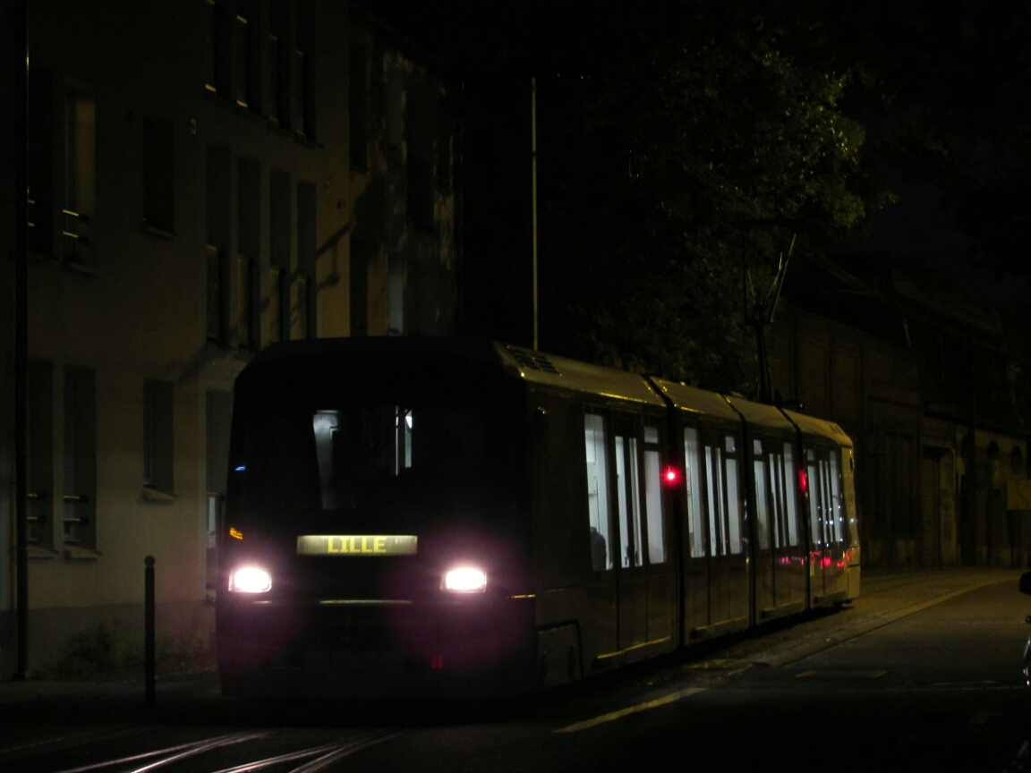 Tramway du réseau Transpole rue Chanzy à Tourcoing Centre