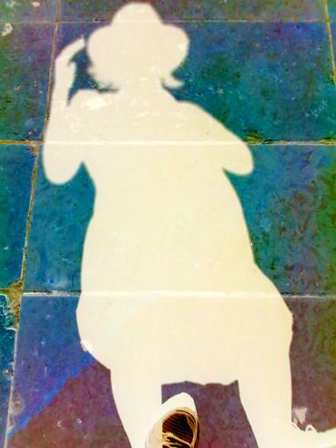 Ganz Körper Schattenwurf und im Fotoshop der Schatten hell bearbeitet und die Platten der Fussgängerzone farbig (grünblau und violettblau) gestaltet | Eliana Bürgin