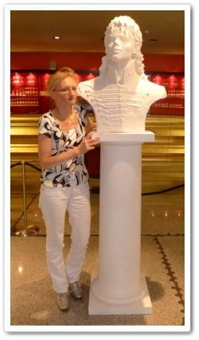 Daniela Kartáková mit ihre Michael Statue (So könnte die Statue in Mistelbach aussehen...)
