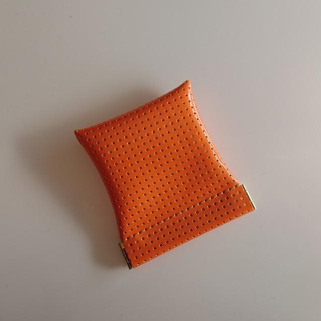 小物入れにもなる小銭入れ。ステッチの色にもこだわり、落ち着いたオレンジの印象に。