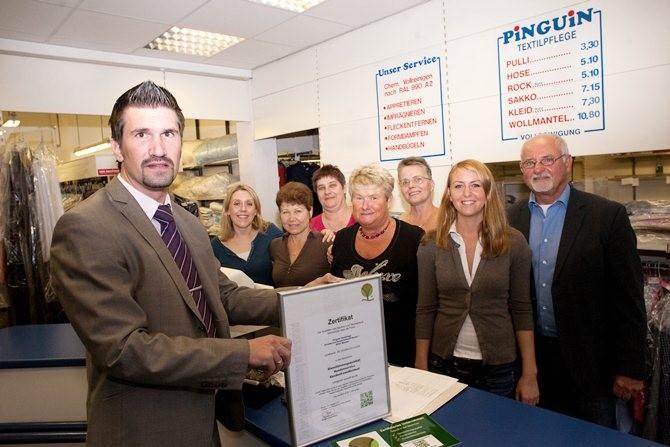 Pinguin Textilpflege aus Münster wurde mit dem Zertifikat der Qualitäts- und Serviceroute Münsterland ausgezeichnet