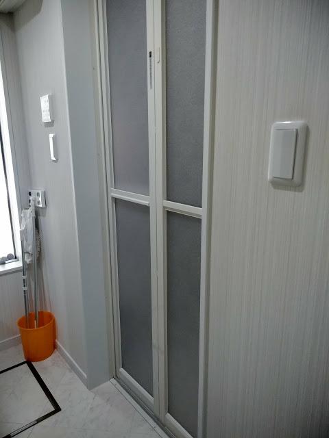 お散歩の後は、玄関入ってすぐの清潔な浴室で足を洗っていただきます。