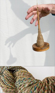 Handspindel und Leinenfaden, mit der Handspindel Flachsfasern zu einem Leinenfaden spinnen