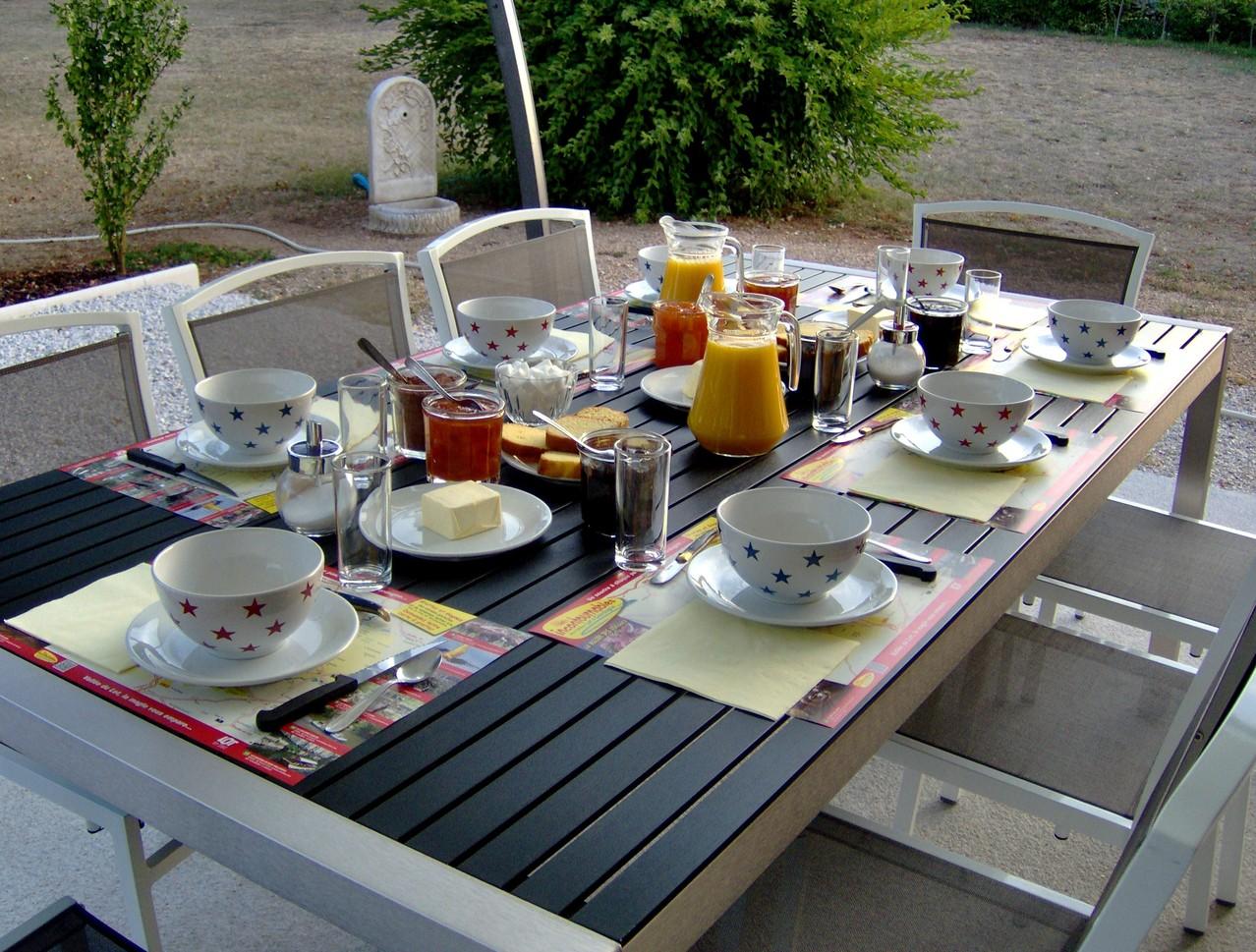Petit-déjeuner, en terrasse