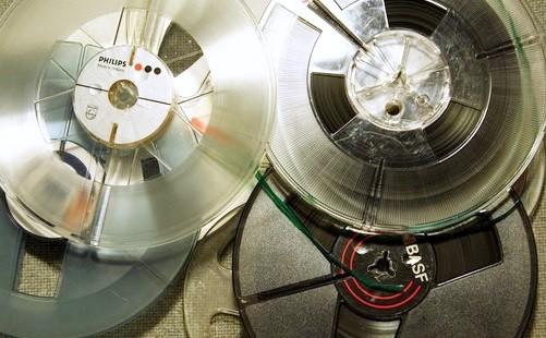 Verschiedene Tonbandspulen mit Tonbändern