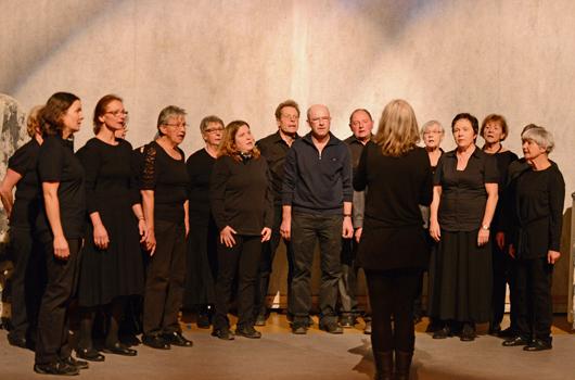 Heidi der Volksliederchor Braunwald umrahmte das Theater musikalisch