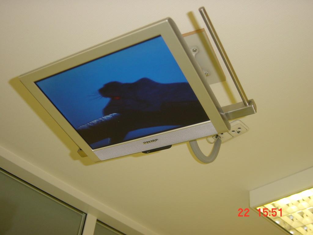 Während der Behandlung kann eine mitgebrachte DVD angeschaut werden