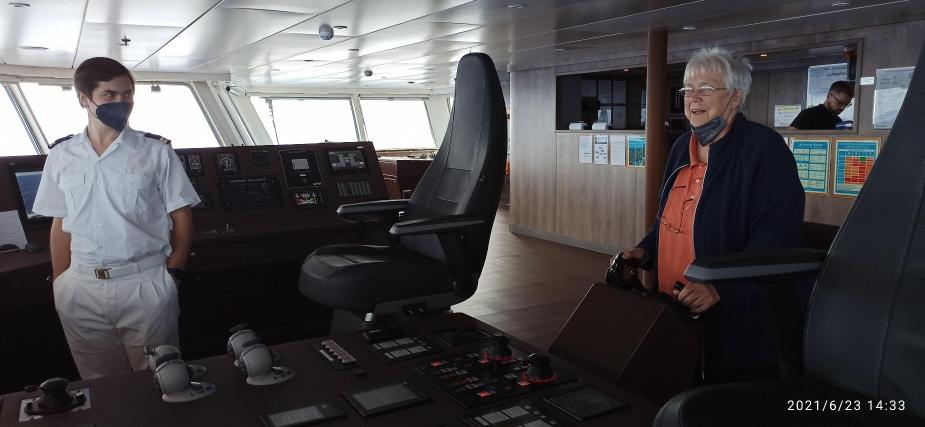 Dagmar als Kapitän an Bord der World Voyager