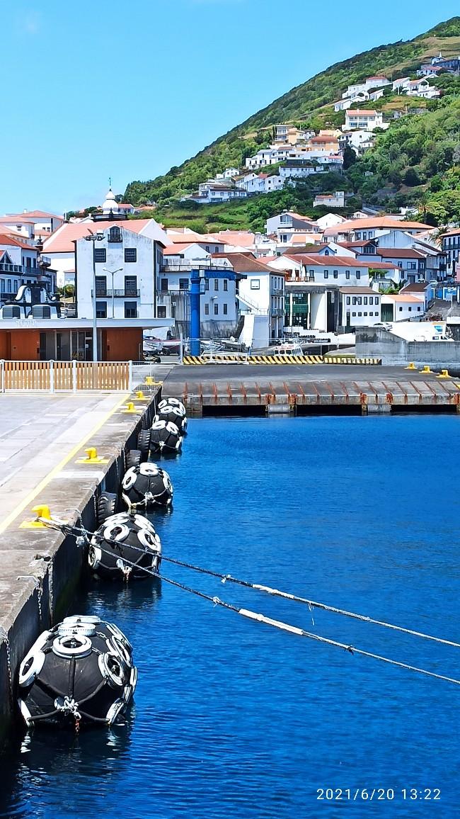 Blick vom Schiff auf den Hafen von Sao Jorge