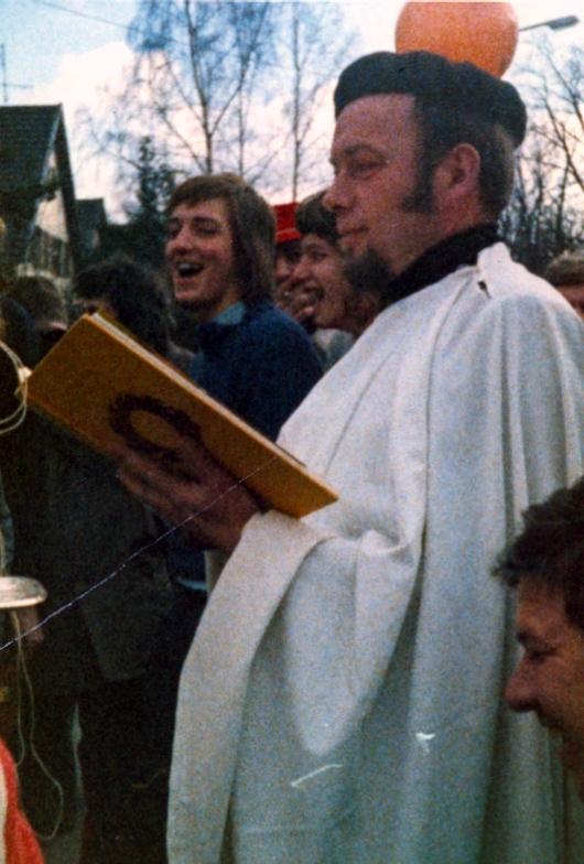 1975 - Präsident Heinz Decker als Täufer in Aktion bei der Bachtaufe