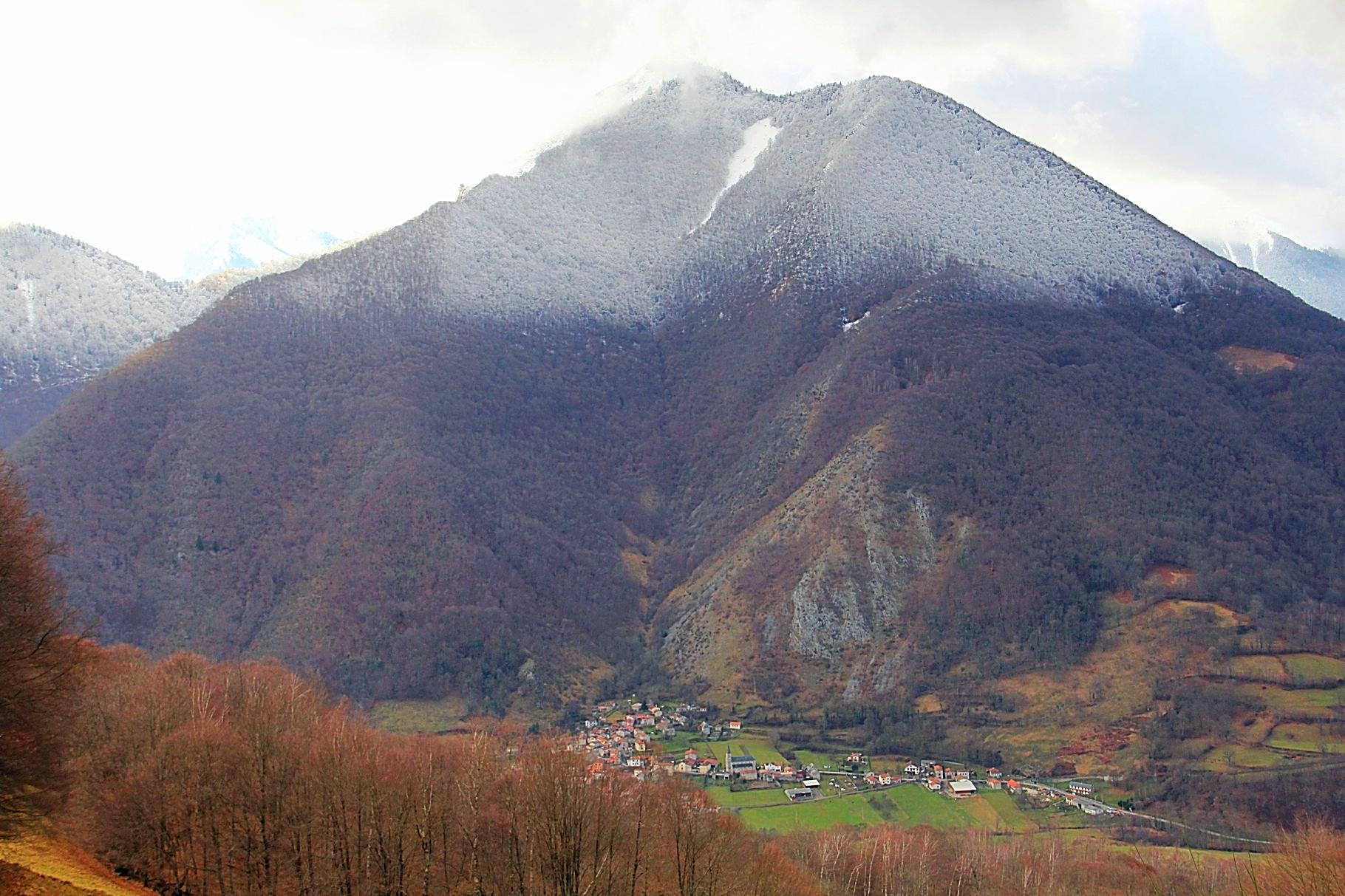Sost et le Pic de Mont Las culminant à 1725m, pour l 'instant la neige est là haut...