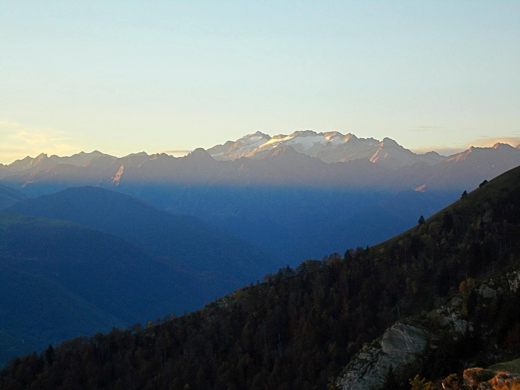 Depuis les estives, vue sur l 'espagne avec en fond le massif de la Maladeta. A sa gauche le Pic d'Aneto et ses 3404m, plus haut sommet des Pyrénées.