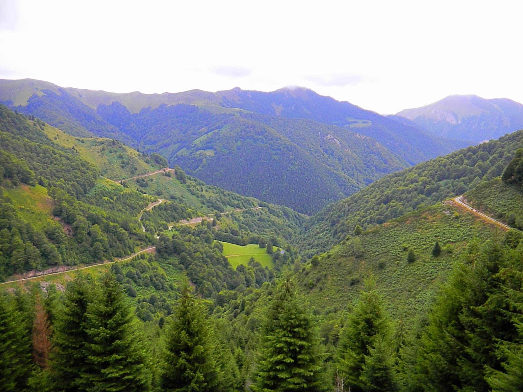 Vue d'une partie de la vallée de Sost, la piste est bien visible.