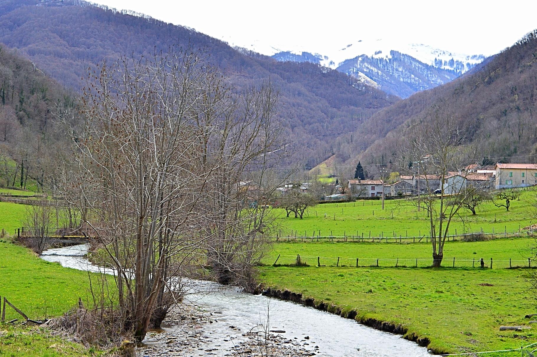 En ce début de printemps, l 'Ourse coule tranquillement à l 'entrée du village.