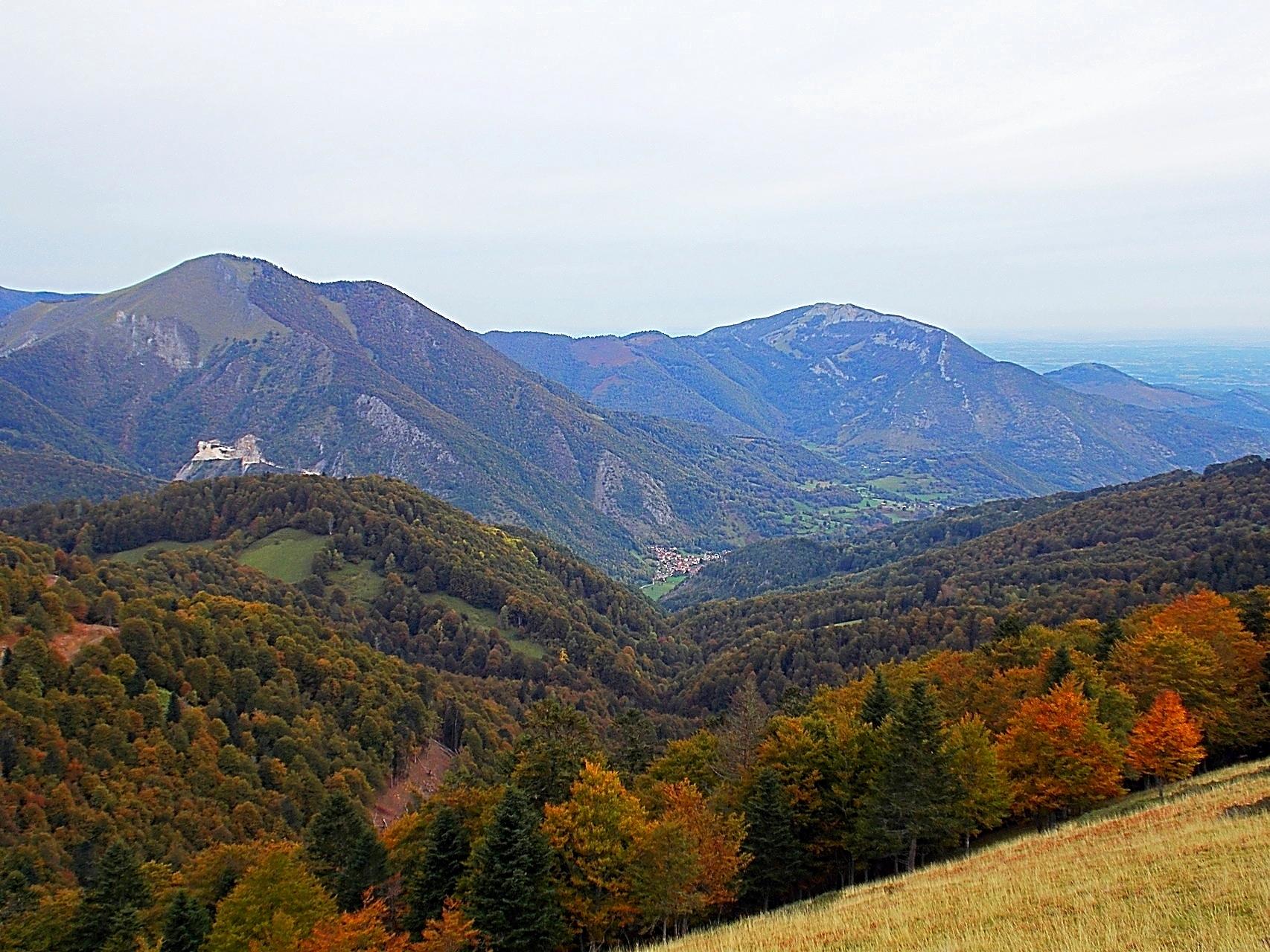 La vallée depuis les estives. Au centre, Sost et à gauche une des carrières de marbre en exploitation.