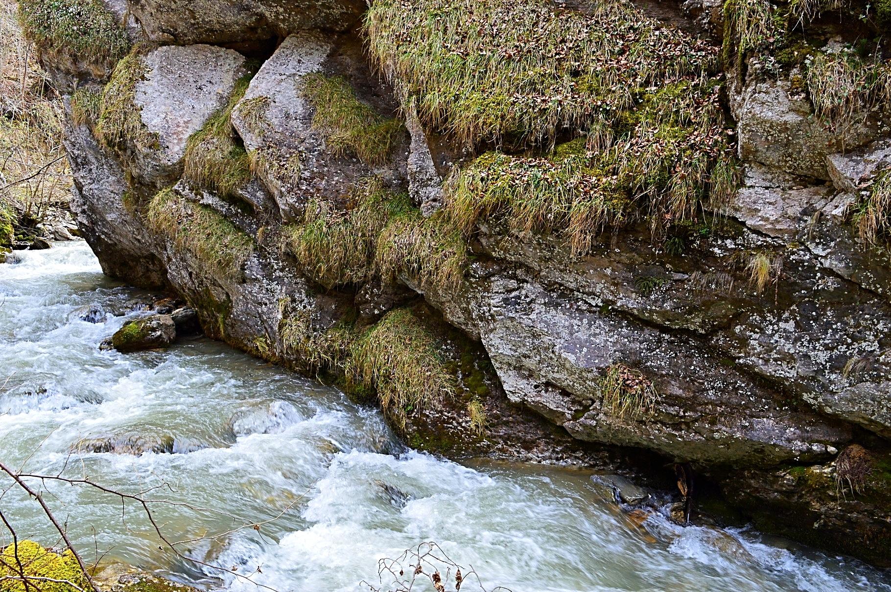 La roche et l 'eau forment de beaux décors tout au long du cours de l 'Ourse.