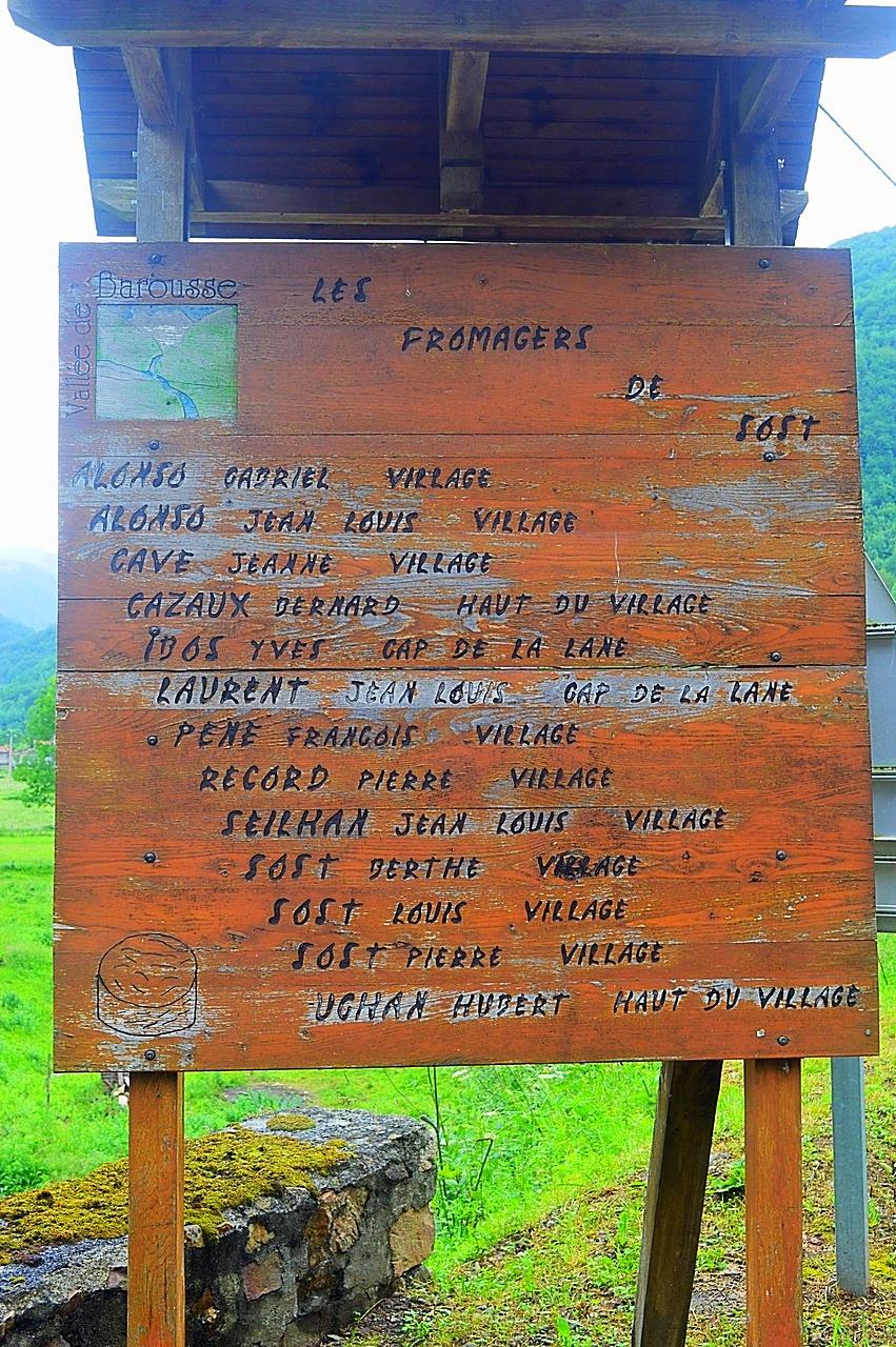 L'ancienne pancarte listant les fromagers du village.