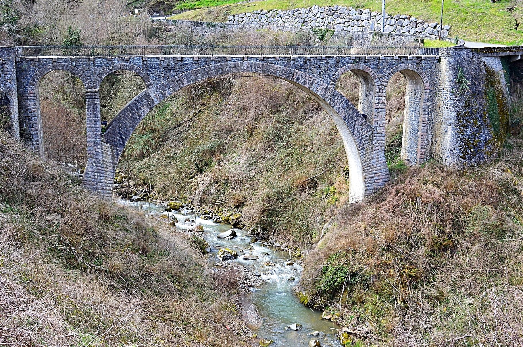 En montant vers Sost, le pont du village d' Esbareich et ses airs d'aqueduc.