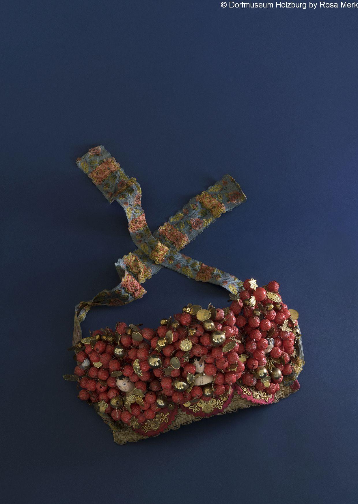"""Krönchen eines Geschappels für Brautjungfrauen (Ausschnitt), 19. Jh., rote Glasperlen, Flitter (Hellerchen) und """"Gesichtchen"""""""