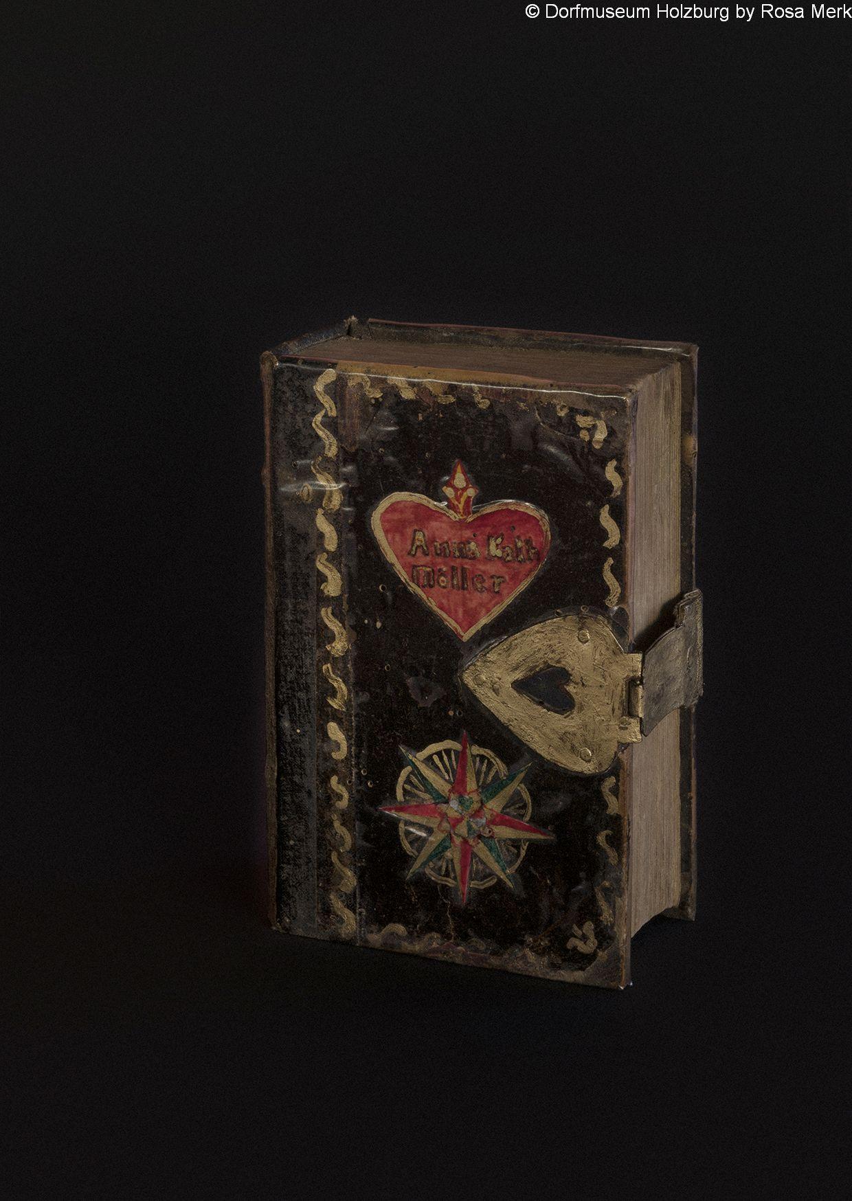 Schwälmer Bibel, 20. Jh., schwarzgrundig, mit rotem Herz und Stern handbemalt