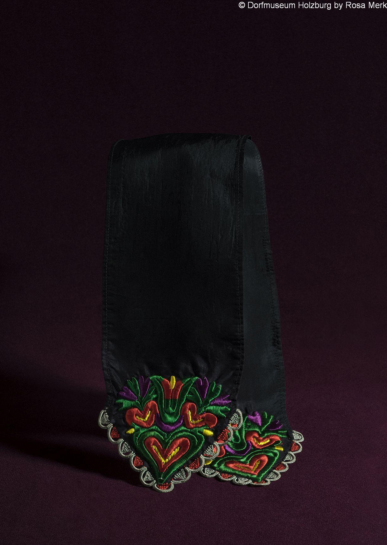 Krawatte für Schwälmer Männertracht, 20. Jh., schwarzes Moiréeband, Spitzen mit Tulpe und Herzen bunt bestickt