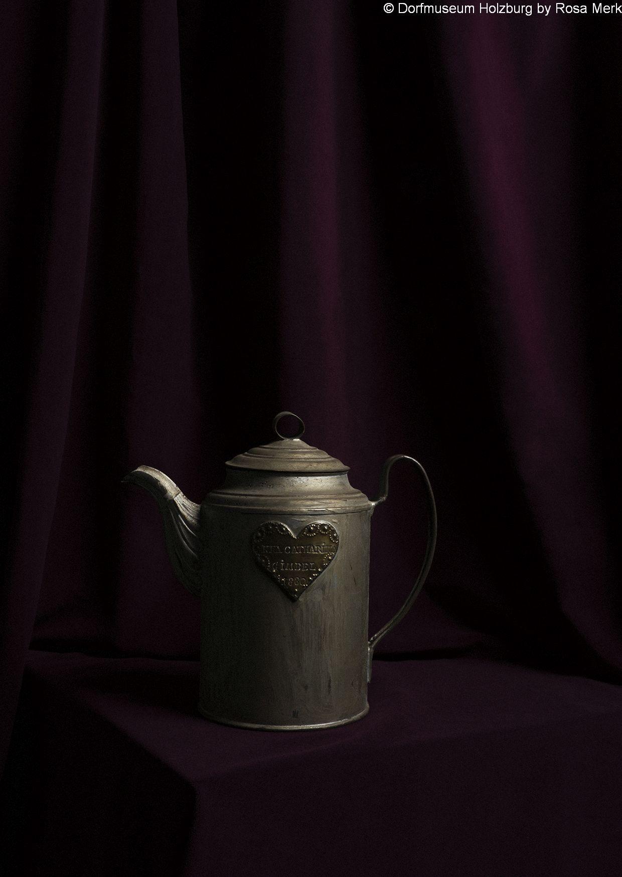"Kaffeekanne aus Weißblech, 1880, punziertes Messingherz mit Initialen der Besitzerin ""Anna Caterina Gimpel 1880"""