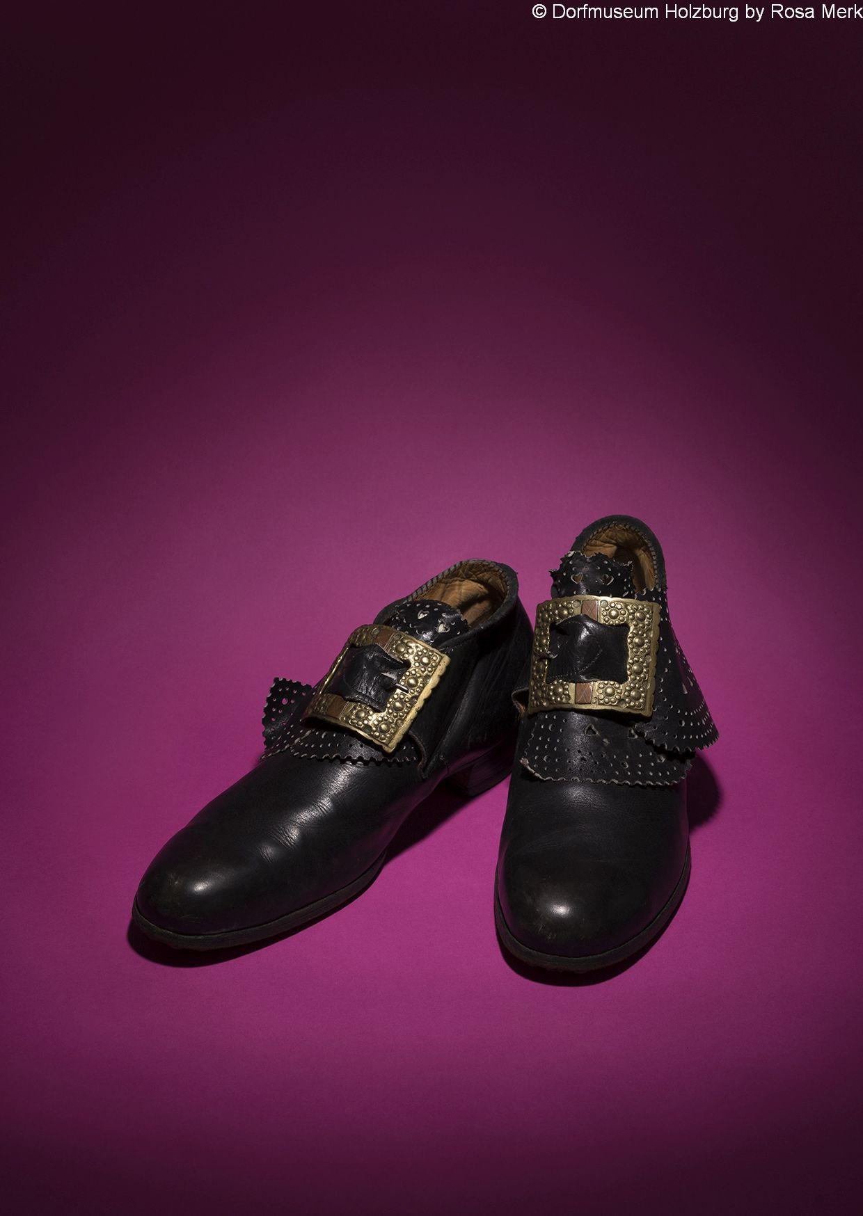 Schwarze Lederschuhe für Frauen, 20. Jh., punzierte rechteckige Schnalle mit herzförmiger Schlaufe
