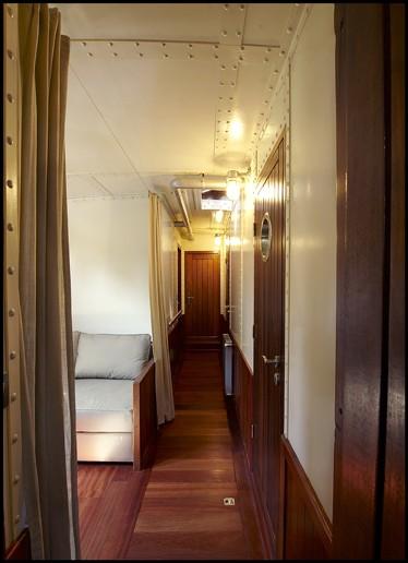 La coursive dessert 3 cabines, 2 cabinets de toilette et une lingerie