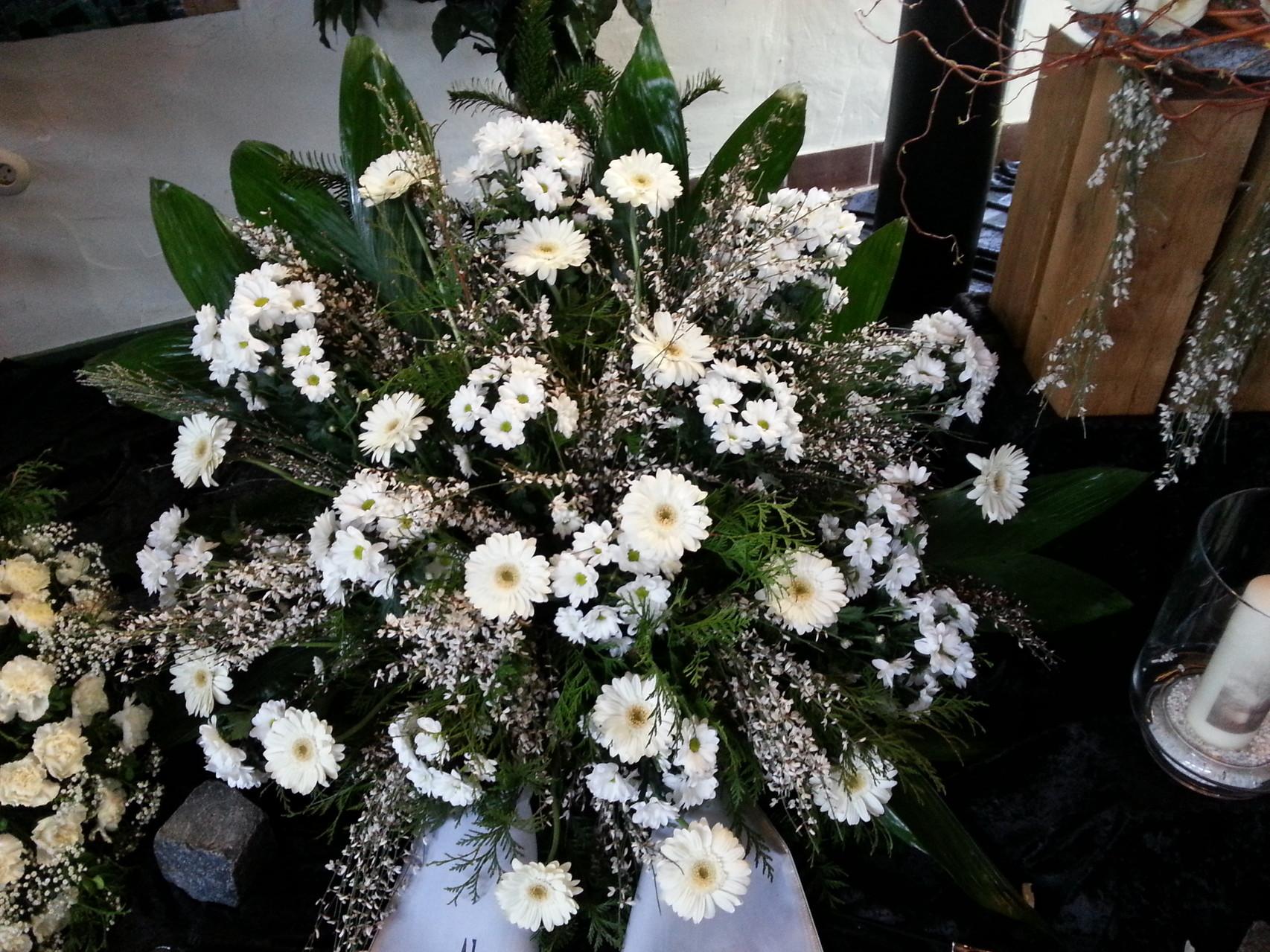 Weißes Blumengesteck