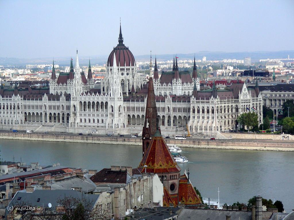 Blick über die Donau auf Pest mit Parlament