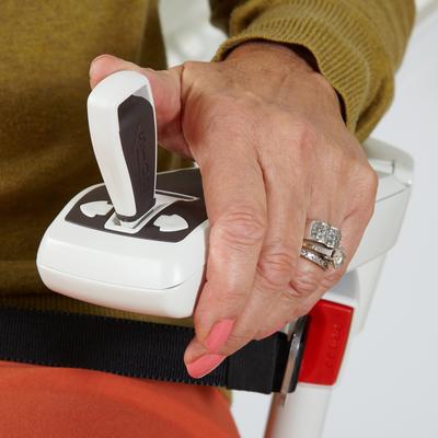 Leicht zu bedienender Joystick, mit Schlüssel- und Notaus-Funktion. Die innovative Bedienung kann an der linken oder rechten Armlehne montiert werden.