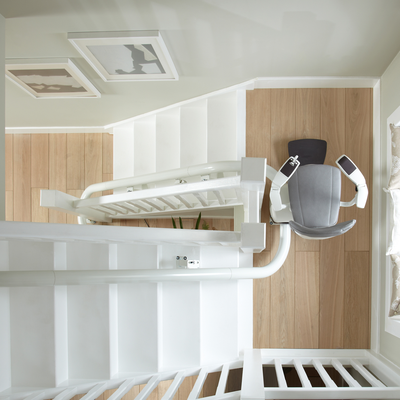 Mit einer möglichen elektrischen Drehfunktion, kann der Sitz zum Passieren von schmalen Stellen oder ganzen Treppen, längs zur Fahrtrichtung gedreht werden. Somit meistert der Flow2a auch engste Treppen!