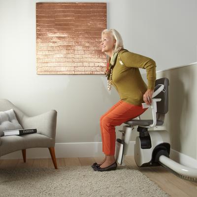 Sicheres Einsteigen und Aussteigen am oberen Halt. Vor dem Aufstehen kann im Sitzen das Fußbrett mittels Griff hochgeklappt werden. Mit dem optional erhältlichen Drehsitz kann der Sitz bei dem Ein- oder Ausstieg von der Treppe weggedreht werden.