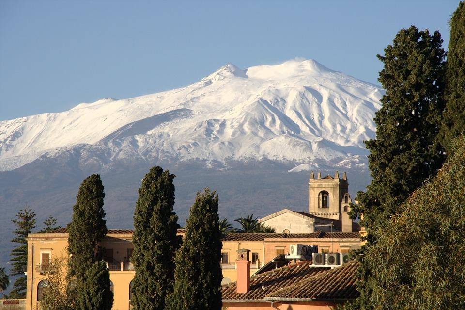 Taormina ist zu allen Jahreszeiten eine Reise wert - herrlicher Ausblick auf den verschneiten Etna.