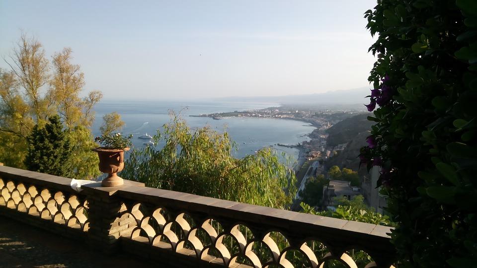 In der Bucht von Taormina liegen einige bezaubernde Strände und die kleine Insel Isola Bella, die über eine Sandbank zu Fuß zu erreichen ist.