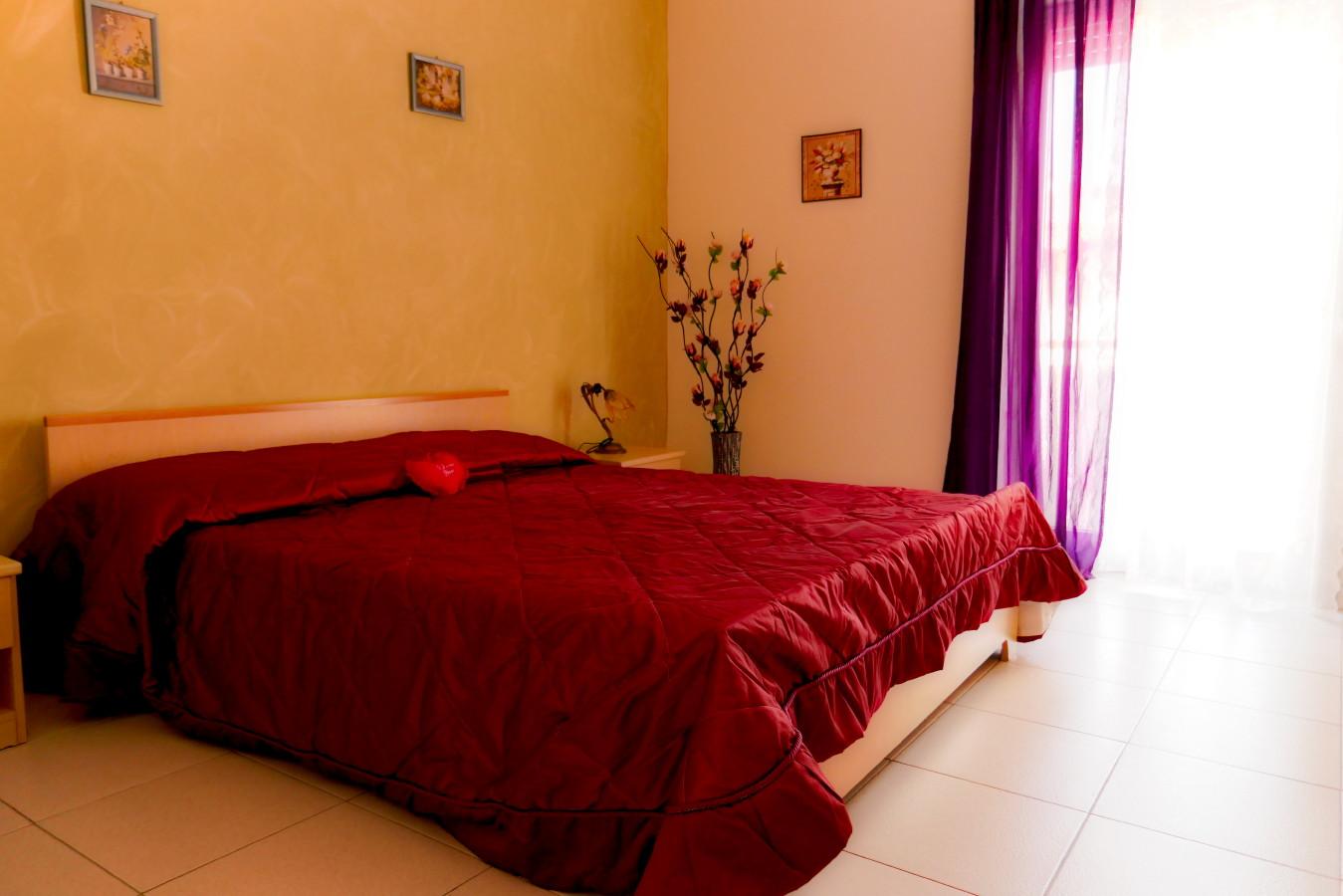 Schlafzimmer in warmen sommerlichen Tönen.