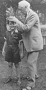 F.M. Alexander bei der Arbeit mit einem jungen Schüler