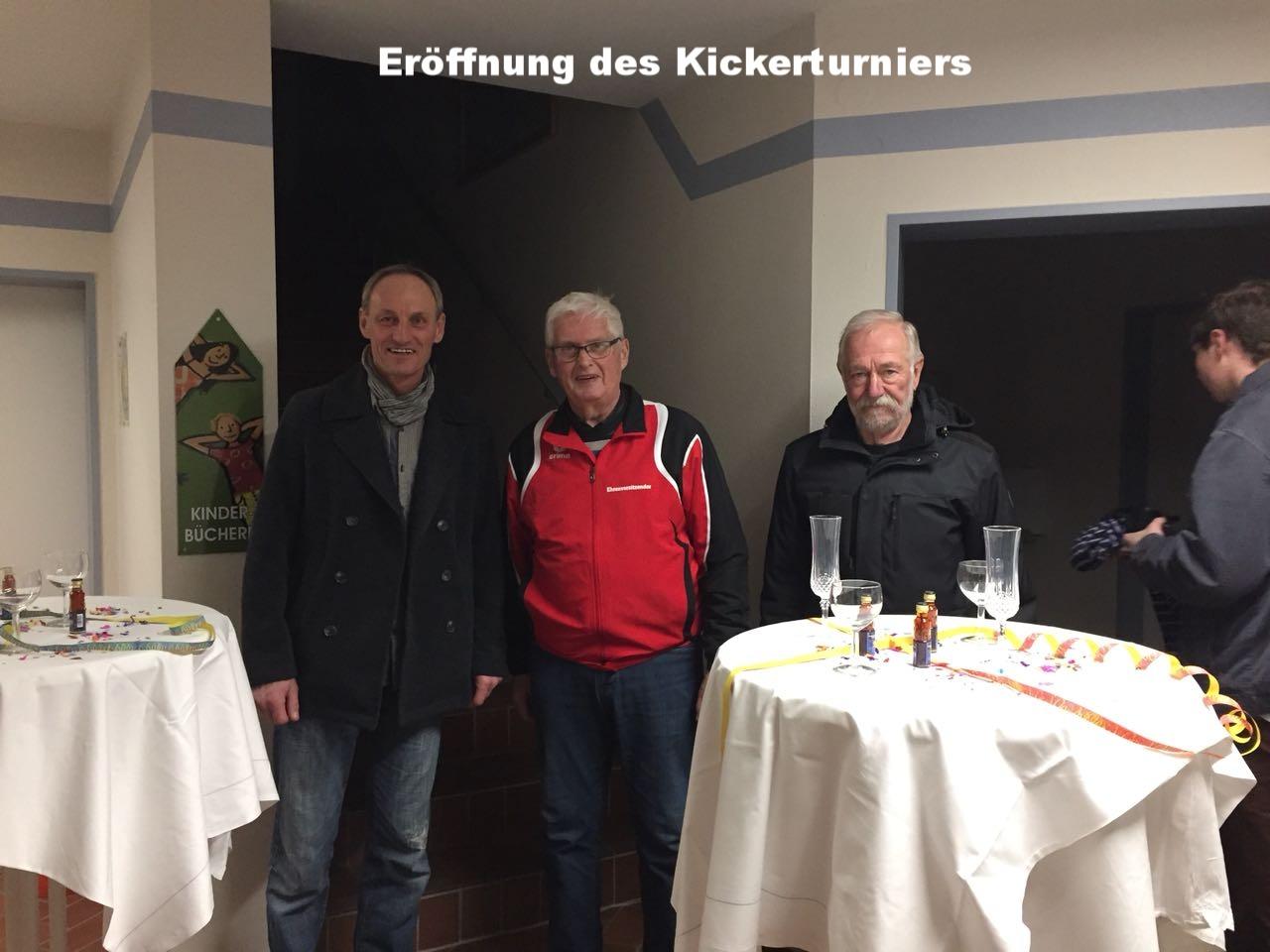 Eröffnung des Kickerturniers durch Organisator Tobe Asche, auf dem Bild mit Ehremvorsitzendem Gerd Bohlken und 1. Vorsitzendem Calle Herzog (v.l.n.r.)