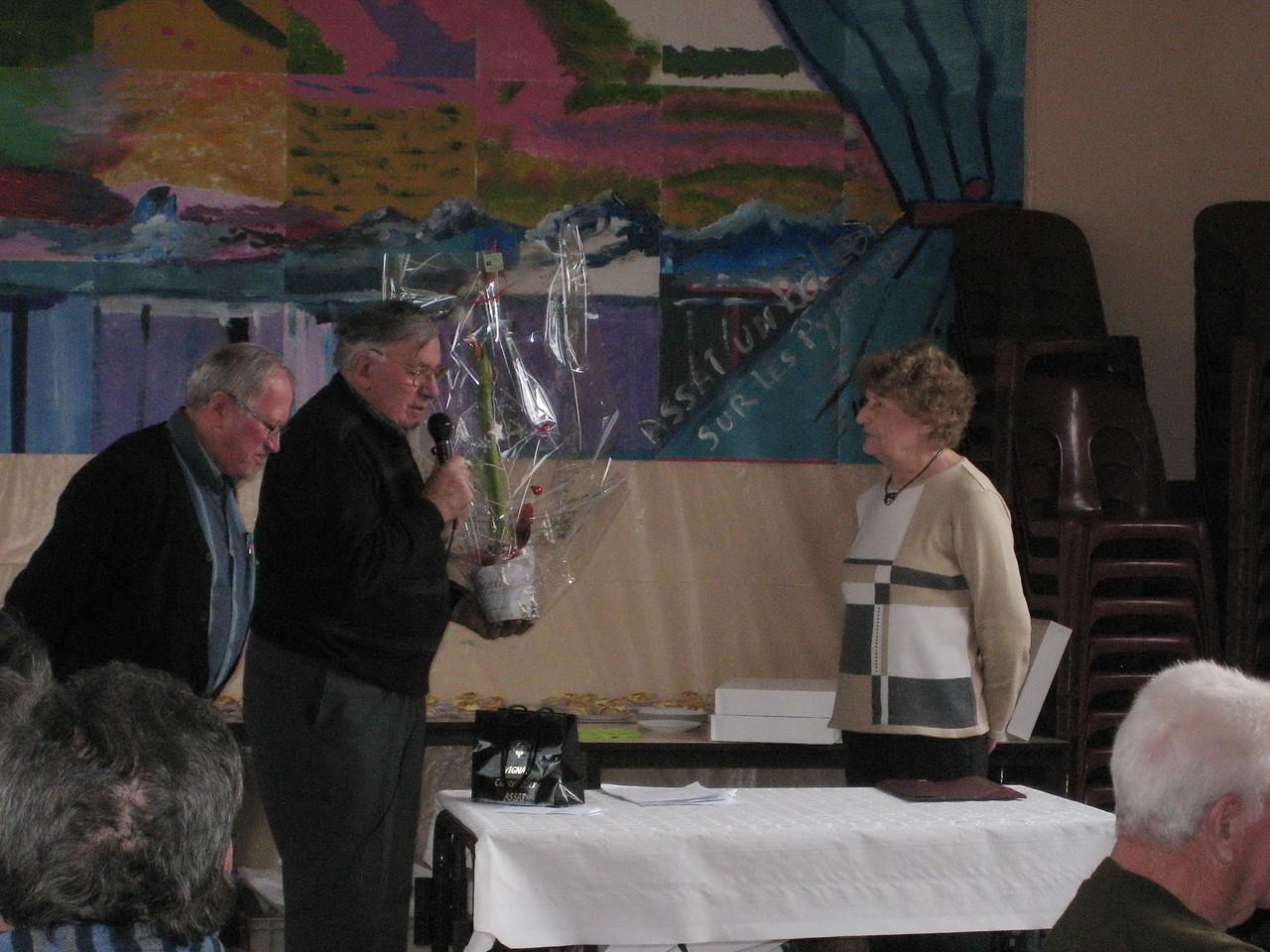 Josette VALY arrêtant le secrétariat du Club, reçoit félicitations et fleurs de l'ancien Président, Jean Clos-Chalan