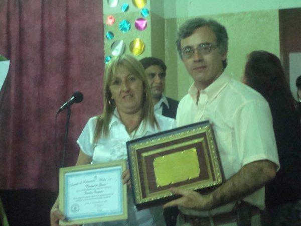 Concejal Monica Buono entrega Placa recordatoria