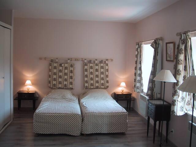 la chambre avec les 2 lits