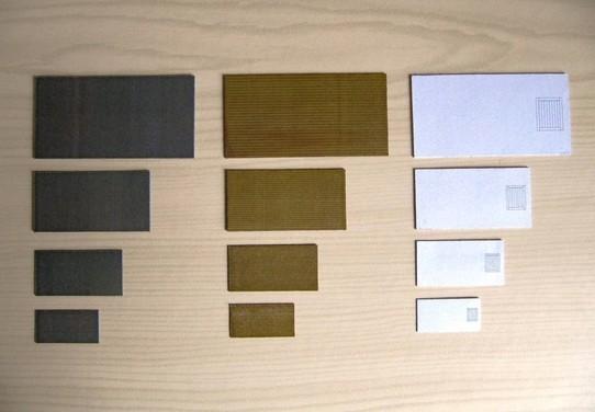 Links: Bedruckter Kartonfußboden in Betonoptik, Mitte: bedruckter Kartonfußboden in Dielenoptik