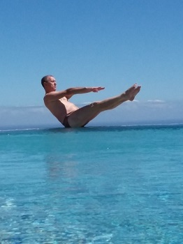 Oktober: Yoga am Pool auf Teneriffa/ Bert