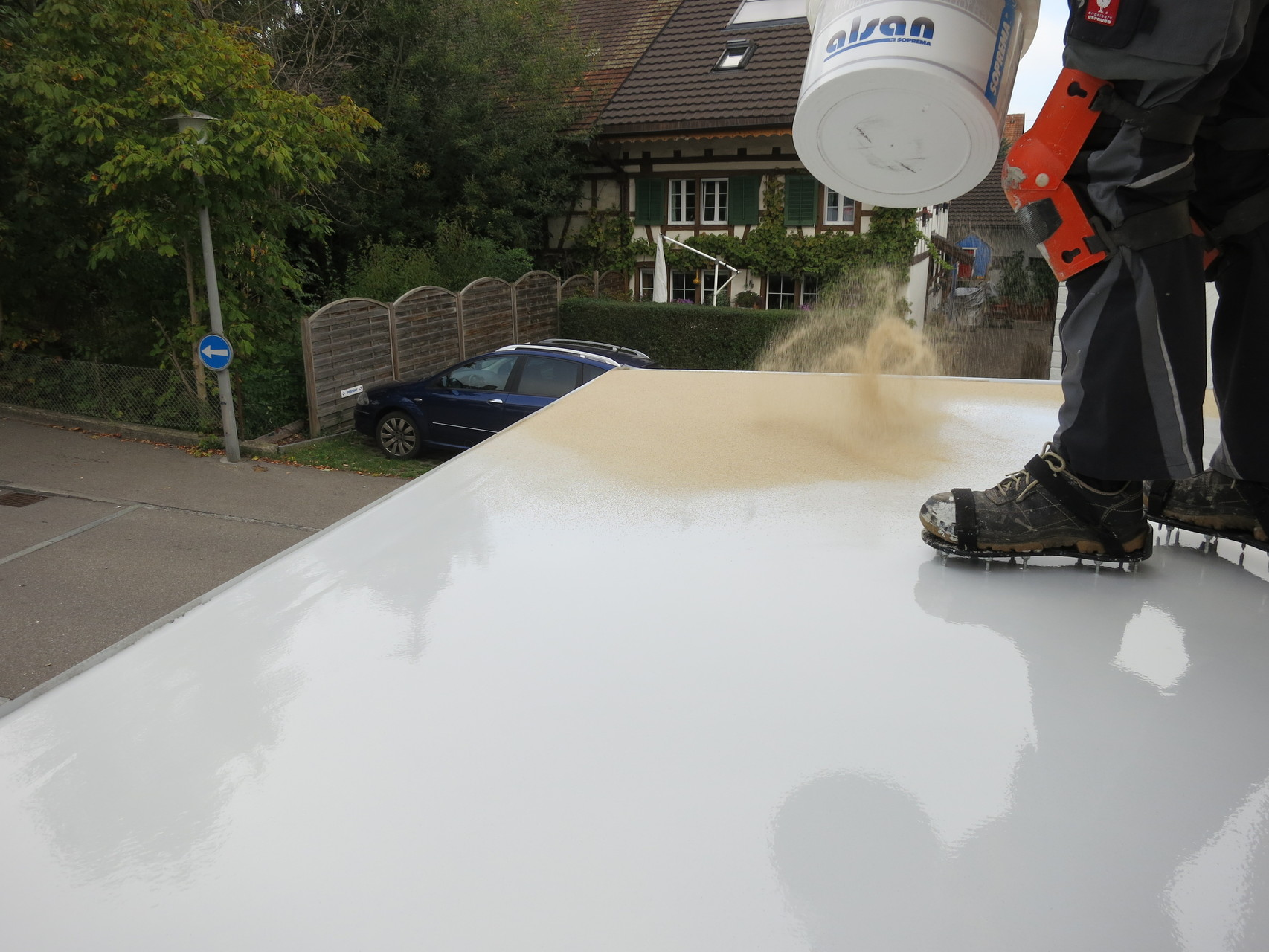 Einbringen von glatter Deckschicht mit Quarzsand