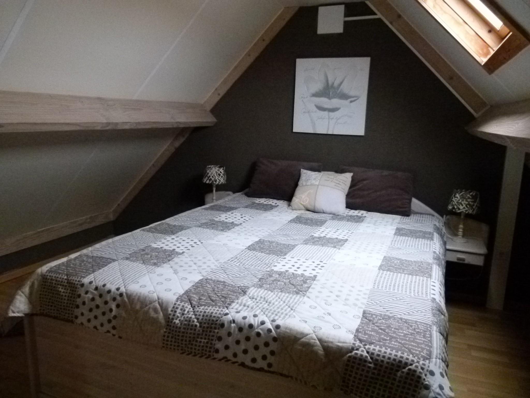 2. Schlafzimmer erste Etage mit Doppelbett