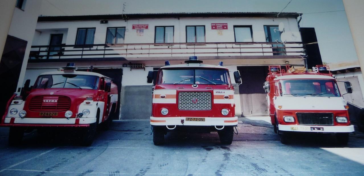 Fahrzeuge SDH Revnice vor dem Gerätehaus