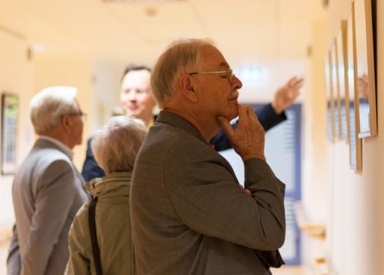 Künstler Rolf Huber als interessierter Gast (re.), dahinter Dr. M. John (Geschäftsführer der Ilm-Kreis-Kliniken)